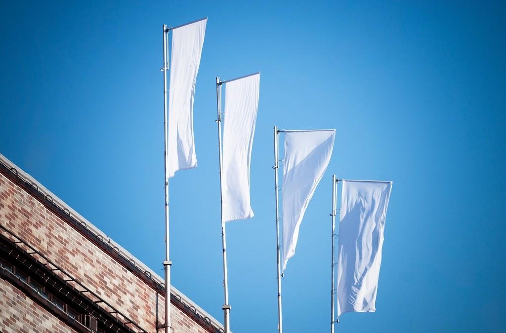 Windery i flagi reklamowe – najważniejsze informacje